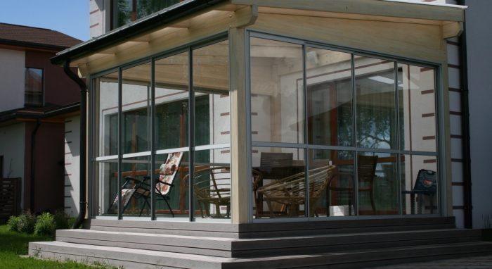 Крыша веранды сделана из органического стекла Plexiglas Resist No-drop